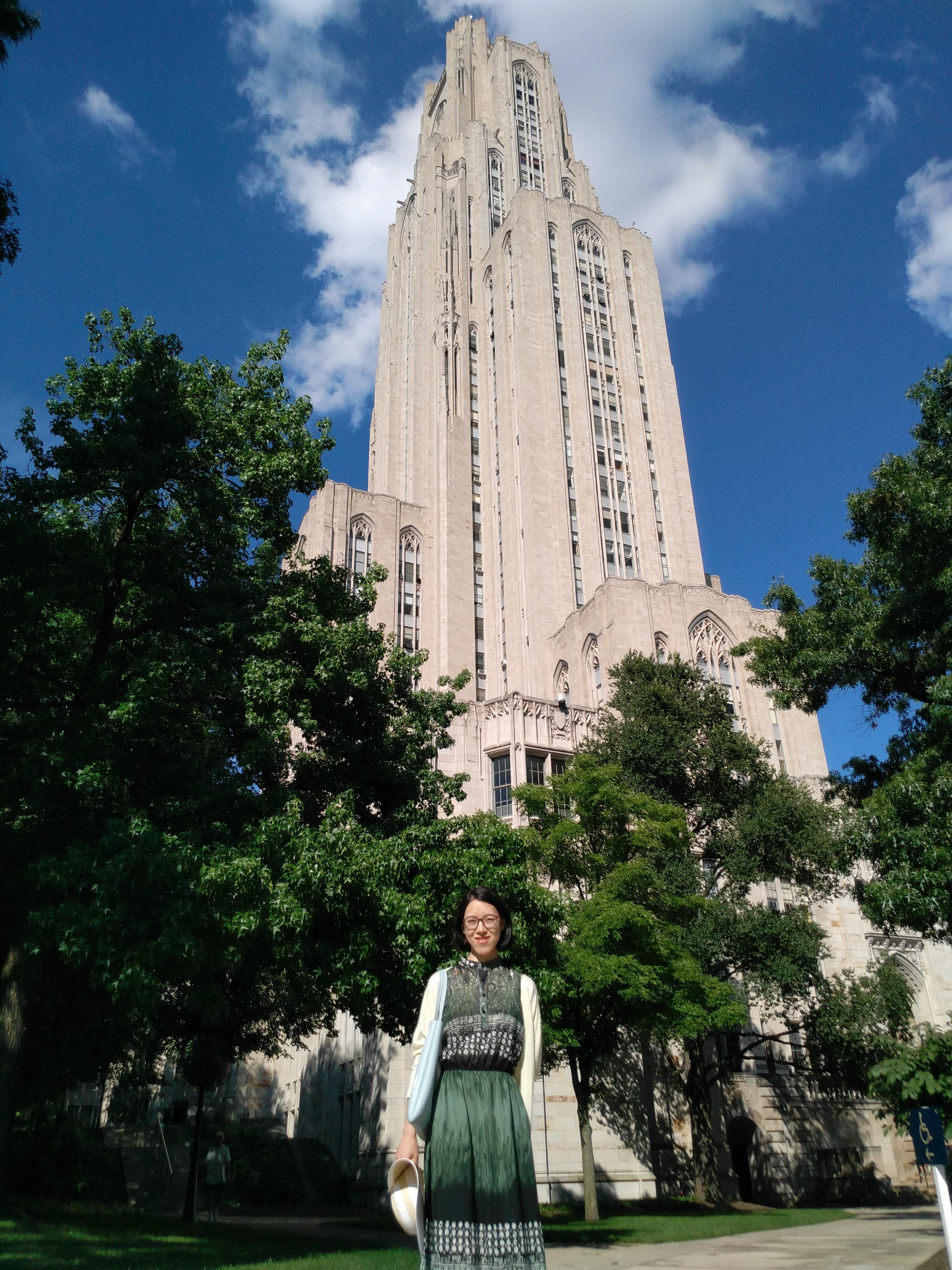 我在 Cathedral of Learning 前
